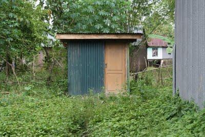 Kamar Kecil yang jauh dari gedung sekolah